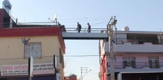 Rize'de yapılan ilginç yapılara bu kez Adana'dan bir rakip geldi. Yüreğir İlçesi'nde bir kişi, daha kolay gidip gelmek için kendi evi ile oğlunun evi arasındaki sokağa üst geçit yaptırdı.