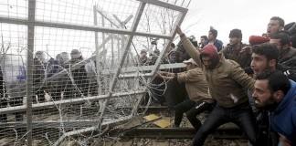 Günlerdir Bekletilen Mülteciler Sınıra Saldırdı!