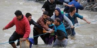 Mülteciler Makedonya Sınırını Yıktı Geçti!
