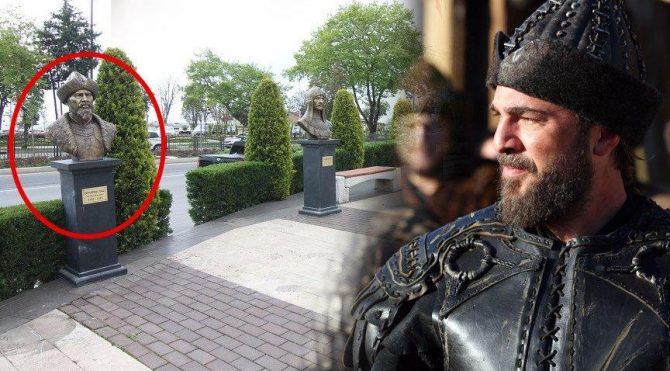 AKP'li belediye ünlü oyuncuya benzetilen 'Ertuğrul Gazi' büstünü kaldırdı