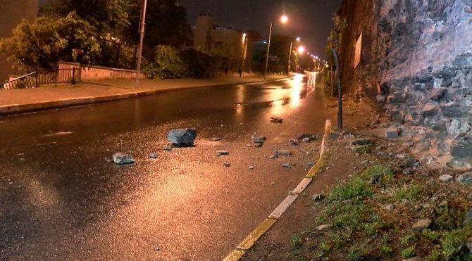 Sulukule'de tarihi surlardan yola taş parçaları düştü