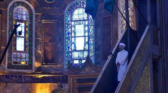Diyanet İşleri Başkanı Ali Erbaş bayram hutbesi için minbere yine kılıçla çıktı