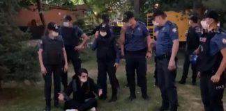 Polis,Kuğulu parkta oturmak isteyen kadın avukata müdahale ederek dışarı çıkardı!