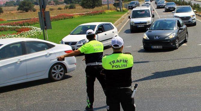 Trafik uygulamasında belge isteyen polise rüşvet teklifi