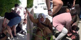 Erzurum'da Cadde ortasında annesini döven şahsı, tekme tokat dövdüler