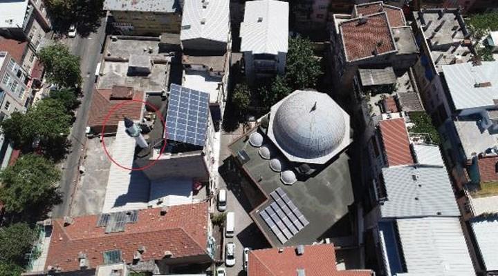 Buırsa'da ezan sesi duyulmayan caminin minaresini başka bir binanın çatısına koydular