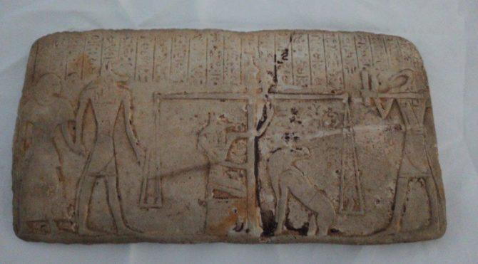 Antik Mısır dönemine ait tableti 1 milyon liraya satmak isterken yakalandılar