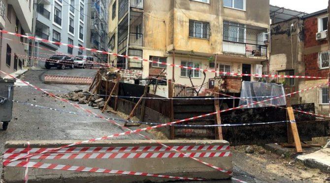 İzmir'de sağanak yağıştan yol çöktü, bina kaydı