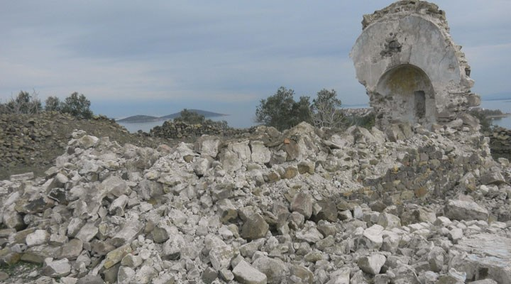 Balıkesir'de bulunan 250 yıllık manastır şapeli, defineci kazıları nedeniyle yıkıldı.