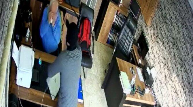 Medikal işi yapan İtalyan iş insanına ofisinde biber gazlı gasp