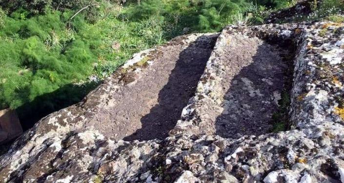 Defineciler 4 bin yıllık kaya mezarları hilti ve matkaplarla talan ettiler