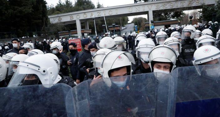 İstanbul'un birçok semtinde 'tencere tavalı' Boğaziçi protestosu