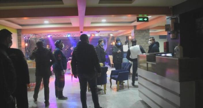 Malatya'da silahlı rehine ihbarına giden polis, 20 kişiyi parti yaparken yakaladı