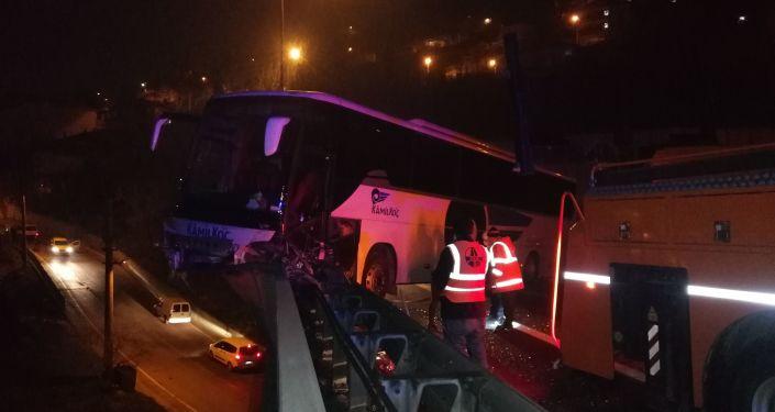 TEM'de yolcu dolu otobüs kontrolden çıkıp viyadükte asılı kaldı