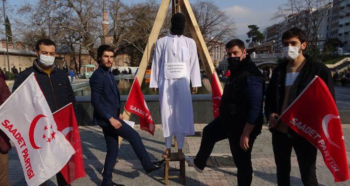 Bursa'da şehir merkezine kurulan darağacında temsilî kadın katilleri idam edildi.