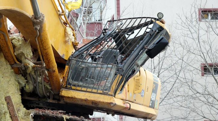 İş makinesi operatörü, yıkım yaptığı binanın altında kaldı