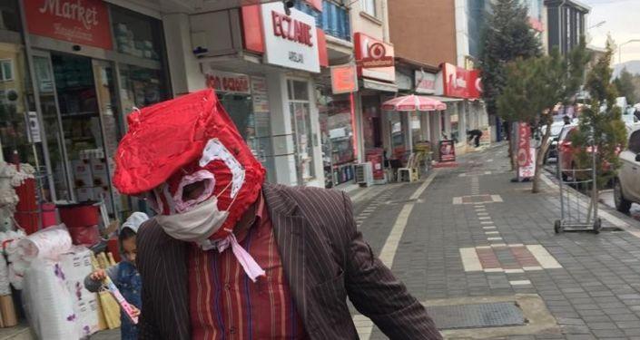 Yozgatlı'nın covid-19'a karşı geliştirdiği 'özel maske': 'Bir kat daha fazla korunuyorum'