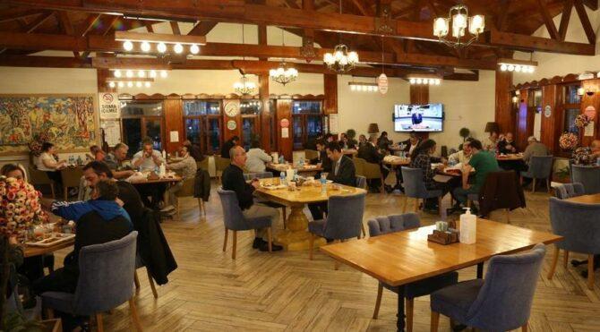 AKP'li başkan Bakanlığın genelgesini yok sayıp toplu iftar yemeğine katıldı