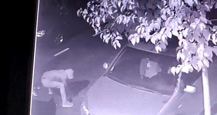 Bayrampaşa'da yoldaki rögar kapağını çalan hırsızlar yakalandı