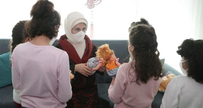 Emine Erdoğan, sevgi evindeki kız çocuklarını ziyaret etti