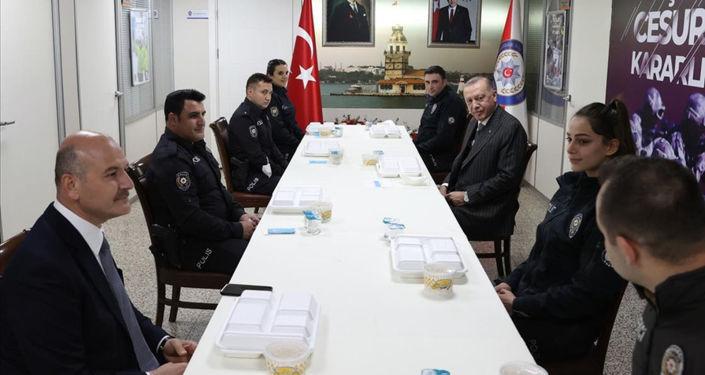 Erdoğan ve Soylu iftarlarını Çengelköy Polis Merkezi'nde yaptı