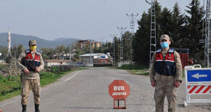 Koronadan ölen kişi için taziye düzenlenen mahalle komple karantinaya alındı