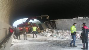 Kuzey Marmara Otoyolu'nda kireç yüklü TIR köprüye çarptı…