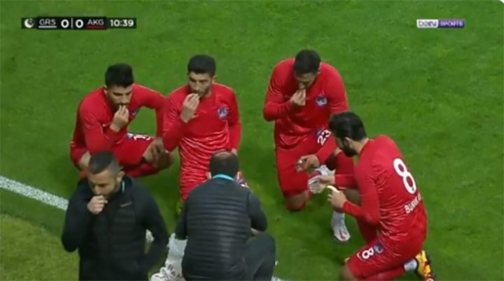 Maçta sakatlık ile ezan saati denk gelince futbolcular iftar yaptı