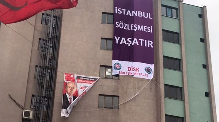 MHP il binasında 'İstanbul Sözleşmesi Yaşatır' pankartı