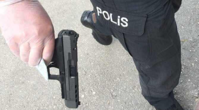 Adana'da öğretmen husumetli olduğu komşusunu bacağından vurdu