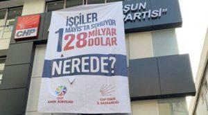 CHP İzmir İl Başkanlığı'nın işçiler adına sorduğu 128 milyar dolar afişini polis kaldırdı