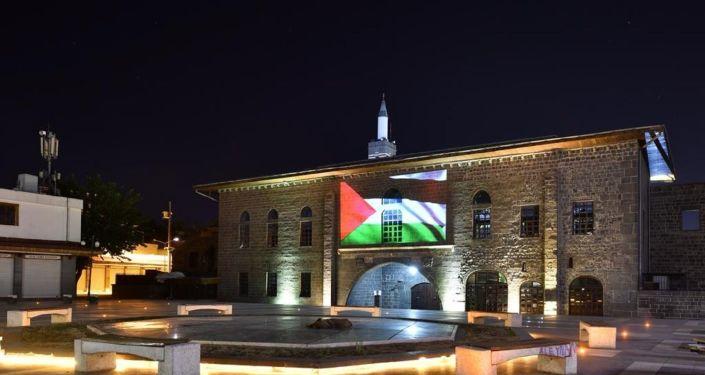 Diyarbakır'da tarihi yapılara Filistin bayrağı yansıtıldı