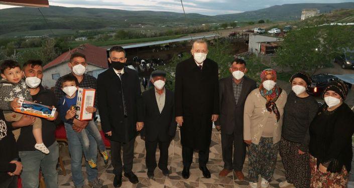 Erdoğan, Ankara Ayaş'ta hayvancılıkla uğraşan bir aileye iftarda konuk oldu
