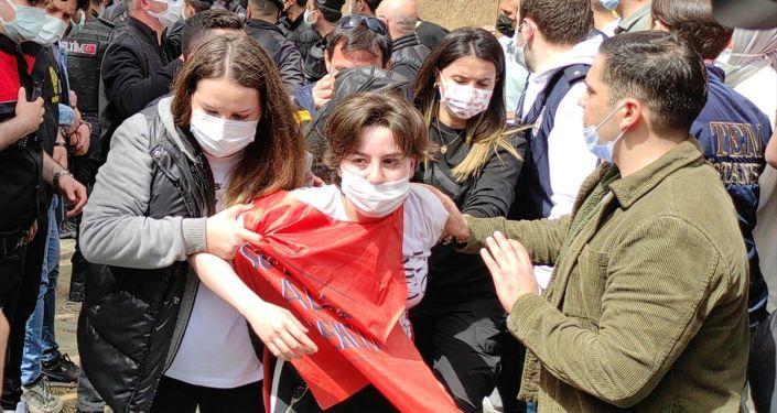 İstanbul Valiliği: Taksim'e yürümek isteyen 212 kişi gözaltına alındı