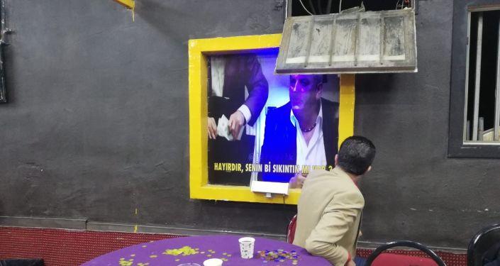 Jandarma 'Sabri Abi' ismiyle kumar baskını yaptı: Duvardaki kolpaçino film afişine atıfta bulundular