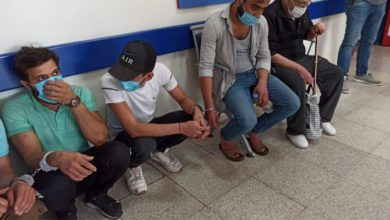 Mülteciler sağlık kontrolünde birbirlerine kelepçeyle bağlandı