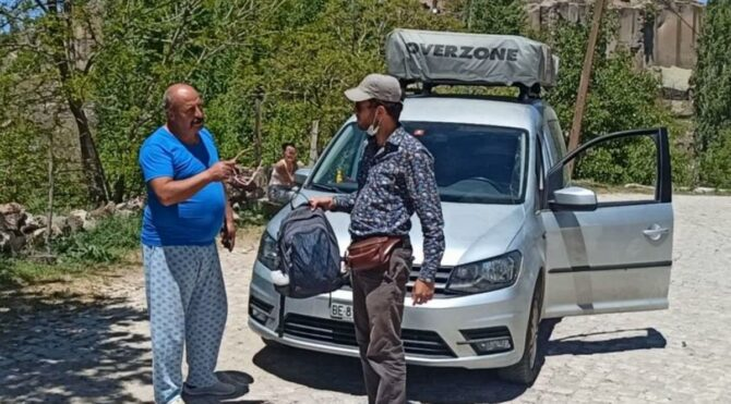 Turistler'in unuttuğu para dolu çantayı peşlerinden giden muhtar teslim etti