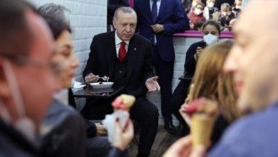 Cumhurbaşkanı Erdoğan, Beylerbeyi'ndeki dondurmacıya uğrayıp dondurma yedi