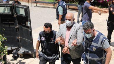 Didim Belediye Başkanı Atabay'a saldıranlar adliye önünde Rabia pozu verdi