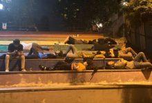 """""""Barınamıyoruz"""" diyen öğrenciler parkta yattı"""